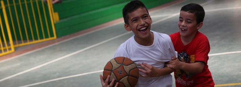 Glade drenge spiller basketball I Costa Rica