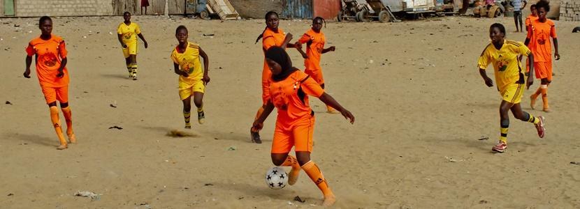 Børn og unge spiller fodbold på fodboldprojekt i Senegal
