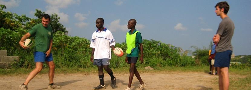 Børn spiller rugby i Ghana