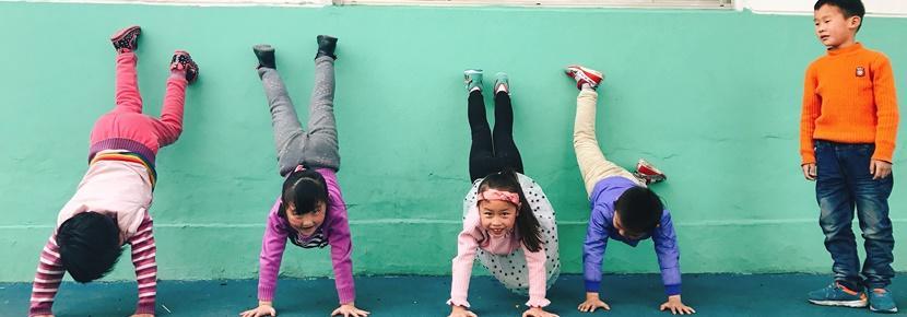 Børn øver sig i at stå på hænder i Kina