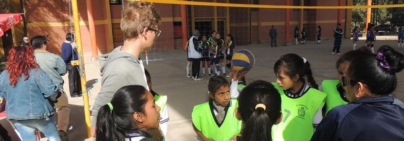 Frivillig sammen med sit volleyballhold klar til kamp