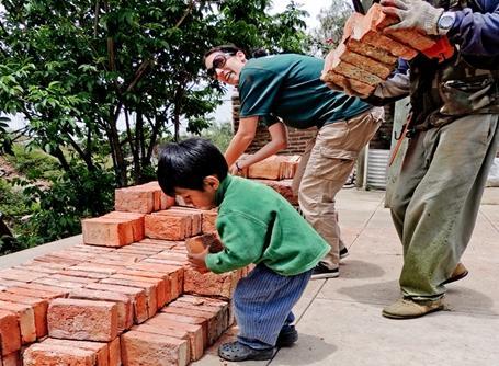 Lille boliviansk dreng giver en hånd med på en Dirty Day