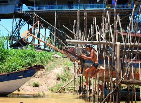 Dreng hopper i floden i Cambodja