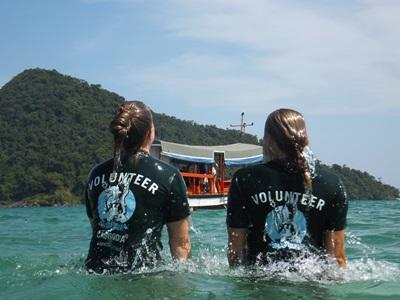 Frivillige på naturbevaringsprojektet ud for Cambodjas kyst
