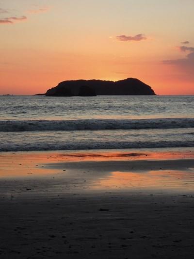 Solnedgang over en strand i Costa Rica