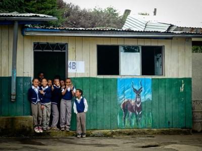 En gruppe børn foran deres skole i Etiopien