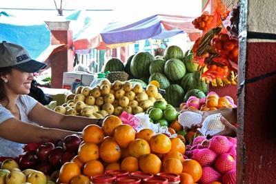 Lokal kvinde sælger frugt på marked i Filippinerne