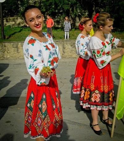 Moldoviske piger i traditionelle klæder