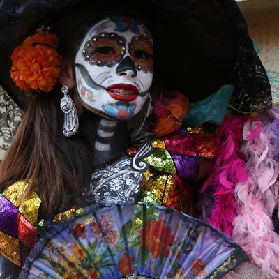 En frivillig er klar til at feste på latinamerikansk manér i Mexico på De Dødes Dag