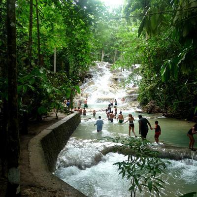 Frivillige på trekking ved vandfald i Latinamerikas naturperle Jamaica