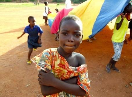 Barn poserer for kameraet i farverige Ghana