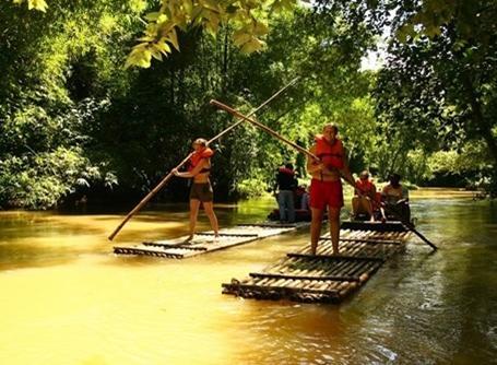 Frivillige på river-rafting i Jamaica