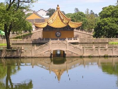 Tempel ved sø i Kina