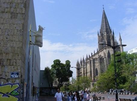 Templo Expiatorio-kirken og en flyvende ko i Guadalajara