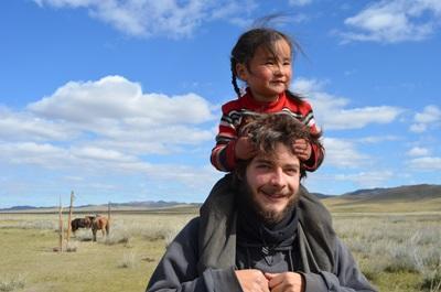 Frivillig og nomade-pige i Mongoliet
