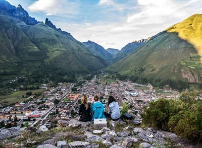 Frivillige nyder udsigten over Den Hellige Dal i Peru