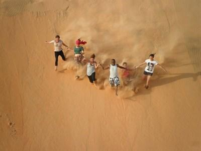 Frivillige i Lampoul-ørkenens sandklitter