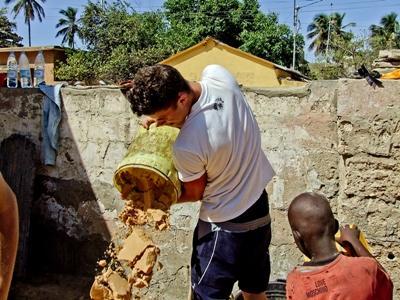 Frivillig hjælper lokalsamfundet i Senegal på Dirty Day