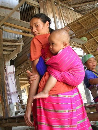Lokal kvinde med barn i Thailand