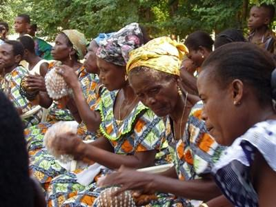 Kvinder spiller musik og danser i Togo