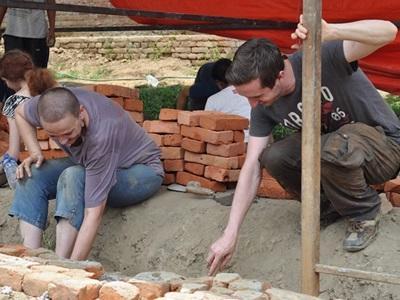 Frivillige i gang med at udgrave fundament til ny skole i Nepal