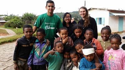 Gruppebillede af frivillige og lokale børn i Madagaskar