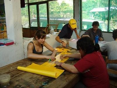 Frivillig laver materiale til undervisning i lokalsamfundet