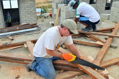 Frivillig i gang på byggeprojekt