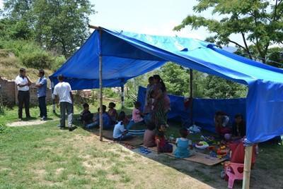 Børn bliver undervist i telt i Nepal efter jordskælvet
