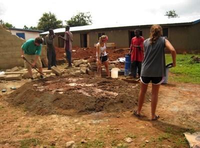 Frivillige på byggeprojekt i et lokalsamfund i Ghana