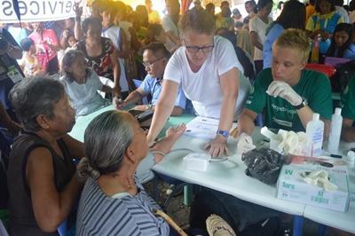 Lokale kvinder får hjælp af frivillige under outreach I Filippinerne
