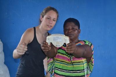 Frivillig tilser ghanesisk kvinde på folkesundhedsprojektet