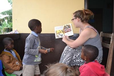 Læsetræning for de yngre børn i Cape Coast