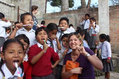 På gruppeprojektet I Nepal lærer du også børn at børste tænder
