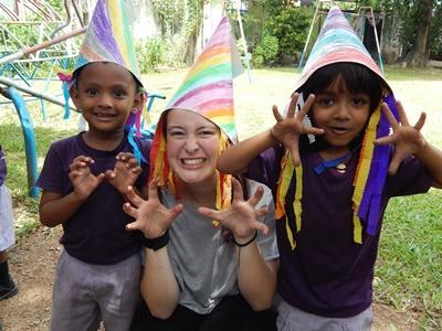 Kvindelig frivillig sammen leger med lokale børn