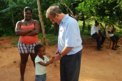 Frivillig taler med landsbybarn på rastafariprojekt i Jamaica