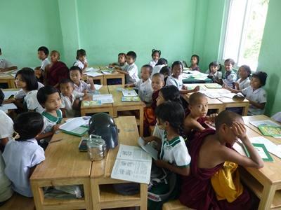 Elever på skolen, der hører til det lokale kloster i Myanmar
