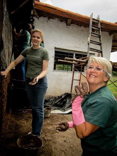 Frivillig på humanitært projekt i Argentina reparerer et hus