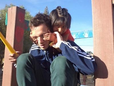 Frivillig på humanitært projekt leger med boliviansk pige