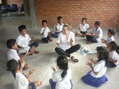 Frivillig leger med lokale drenge i Cambodja