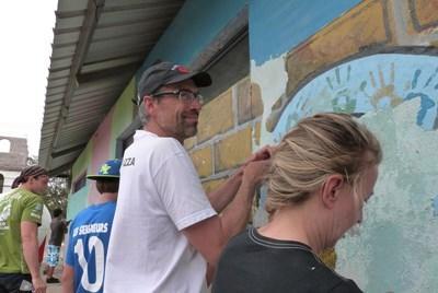 Frivillig familie renoverer skole på Galapagos