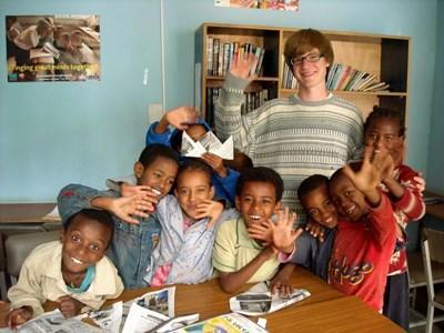 Frivillig leger med etiopiske børn