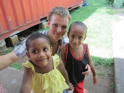 Frivillig på humanitært projekt med lokale børn