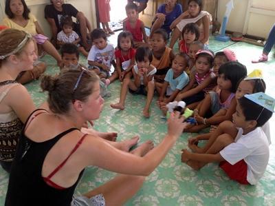 Frivillige leger med filippinske børn