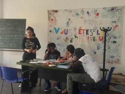 Frivillige underviser  flygtninge i Italien