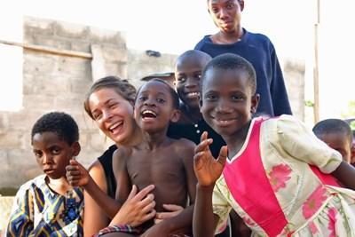 Frivillig sammen med børn og unge fra børnehjem i Ghana