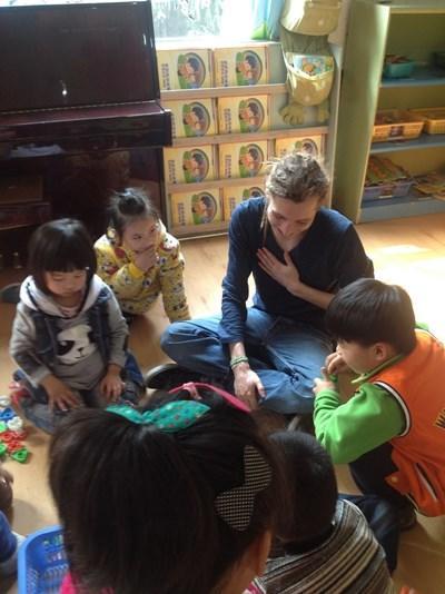 Frivillige med børn på humanitært projekt i Kina