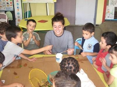 Frivillig underviser og leger med børn