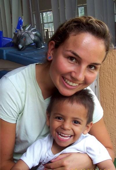 Frivillig og mexicansk dreng på humanitært projekt