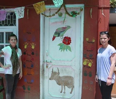 Frivillige foran indgang til HIV-projekt i Nepal
